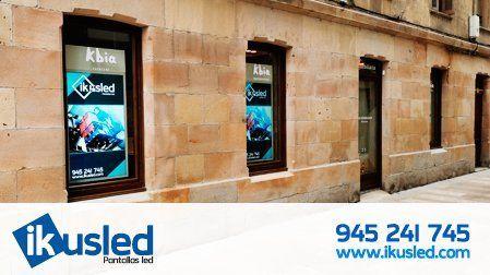 Paneles digitales informativos LCD duales en los escaparates de la inmobiliaria Kbia de Durango, Bizkaia